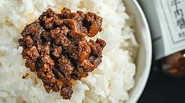 饭时一勺易佰福黄牛肉酱,牛肉大粒酱香浓郁,味道好极了!
